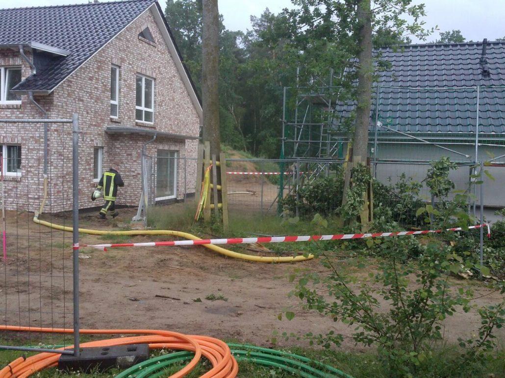 Holm-Seppensen: Baum droht auf Gebäude zu fallen